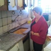 Livnot Ulehibanot hjelper familier som ikke selv har mulighet til å pusse opp sine hjem. Her ser Eli Finsveen på et av hjemmene de har pusset opp.