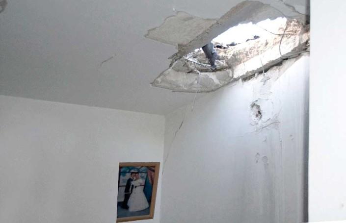 Raketten kom inn i hjemmet - fra Gaza. Heldigvis ble ingen skadet i hjemet i Sør-Israel. Innbyggerne beskyttes bl.a. av tilfluktsrommene som HJH er med på å støtte.