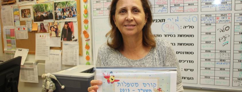 Ziona Eisenstein er leder ved absorberingssenteret i Karmiel. Hun er stolt over alt de får til! Bilde: Mona Ø. Beck