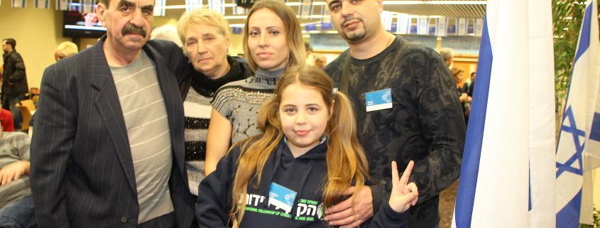 To generasjoner av Shefter-familien ser forventningsfulle frem til sine nye liv i Israel. Bestemor og bestefar Ludmila, 64 og Simon, 65, sønn Jevgenij, 34, svigerdatter Julia, 33 samt barnebarn Anastasia, 10. Simon er pensjonert gullsmed, Jevgenij har BA som mekanisk ingeniør. Alle kommer fra Dnepropetrovsk-regionen. De kommer fordi de mistet sine jobber, for å få oppfylt sine drømmer om å reise til Israel, og ikke minst for å gi Anastasia sjansen til et meningsfylt, jødisk liv. Foto: Mona Ø.Beck