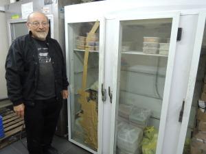 Slik så det ut tidligere - kjøleskap reparert med tape som ikke kunne holde riktig temperatur. Se på de andre bildene hvilken enorm forandring disse nye kjøleskapene gjør for Lev Ramot! Foto: Mona Ø. Beck
