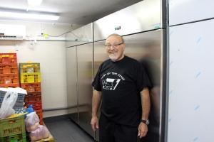 En utrtolig glad Moshe foran de flotte mye kjøleskaoene. Foto: Mona Ø. Beck