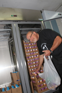 Moshe er kjempetakknemlig for de nye kjøleskapene. Nå kan all mat bli oppbevart på en forsvarlig måte inntil de blir kjørt ut til de trengende. Foto: Mona Ø. Beck
