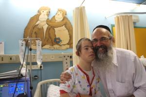 Elhanan (15) er alltid blid og glad, smiler faren Oded Almog (57). Foto: Mona Ø. Beck