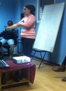 Sivan svarer på alle spørsmålene ungdommen har. Ungdomsleder ved ungdomsklubben er også med på seminar. Foto: Rebekka Rødner