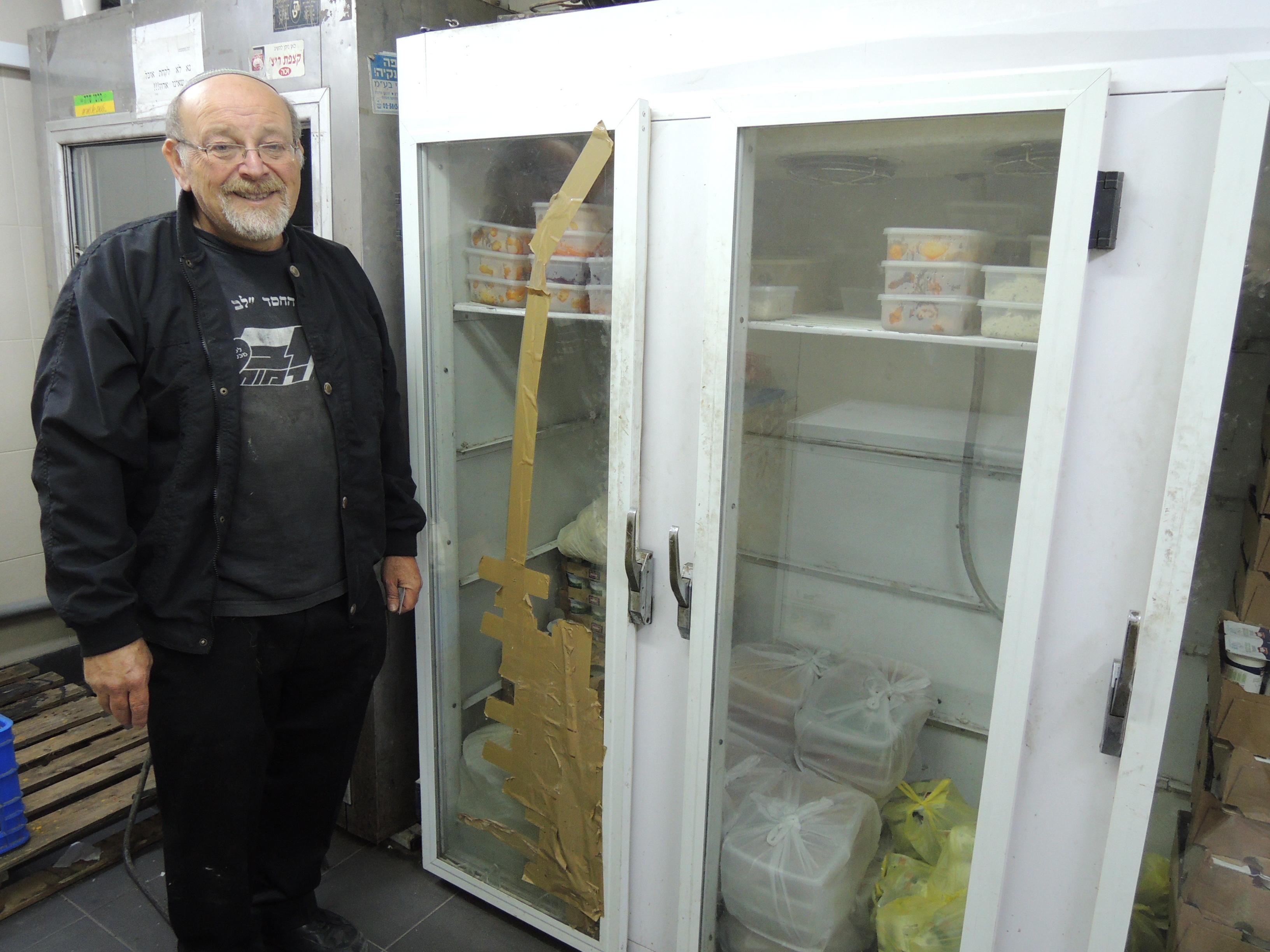 Moshe Kot foran de nye kjøleskapene hos Lev Ramot. Foto: Mona Ø. Beck