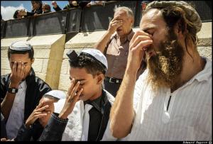 Vortau med lillebror og Tsuri Froman til høyre, Micha Feldman fra Selah, sier Shema: