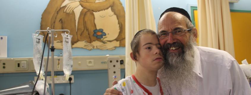Elhana (15) er alltid blid og glad, smiler faren Oded Almoh (57). Foto: Mona Beck