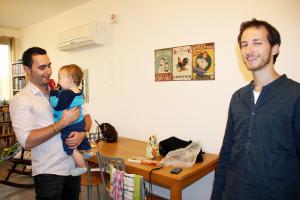 Roee Reicher med sønnen Nave har besøk av Michael Machik.