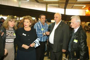 Immigrasjons- og innvandringsminister Sofa Landver (nr 2 fra v) dro med flere andre for å møte immigrantene og kom tilbake sammen med dem. Foto: Mona Ø. Beck