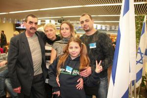 To generasjoner av Shefter-familien ser forventningsfulle frem til sine nye liv i Israel. Bestemor og bestefar Ludmila, 64 og Simon, 65, sønn Jevgenij, 34, svigerdatter Julia, 33 samt barnebarn Anastasia, 10. Simon er pensjonert gullsmed, Jevgenij har BA som mekanisk ingeniør. Alle kommer fra Dnepropetrovsk-regionen. De kommer fordi de mistet sine jobber, for å få oppfylt sine drømmer om å reise til Israel, og ikke minst for å gi Anastasia sjansen til et meningsfylt, jødisk liv. Foto: Mona Ø. Beck