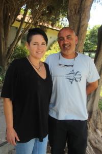 Jeanne og Nir Bendak har i ti år engasjert seg for de etiopiske ungdommene ved Givat Shmuel – ved siden av sine andre forpliktelser i kibbutzhverdagen. Foto: Mona Ø. Beck