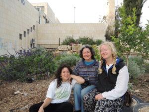 Shiluv Bella, Nelly og Nellys datter i en av de nyeste grønsakshagene. Mellom to blokker og en skole finner man nå det som skal bli en grønn oase. Foto: Rebekka Rødner