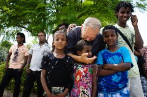 Micha Feldmann gir hele seg til SELAH og barna de hjelper. Han kjenner deres sorger, vet hvilke tragedier som ligger bak. Han hjeloper dem til en bedre fremtid og gleder seg med dem når det går riktig vei.