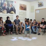 Net@ sommerseminar lærer ungdommen å leve sammen. Miri fra Peres Freddsenter fordeler gruppens ledere i to grupper etter som de sier om de er gode eller dårlige.